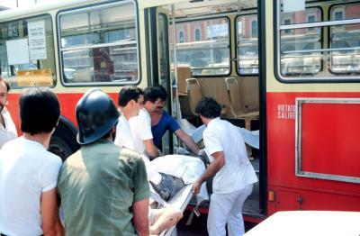 I soccorritori caricano i feriti sul bus 37